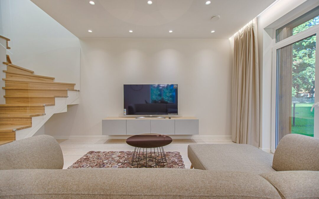 Großes TV in modernem Wohnzimmer